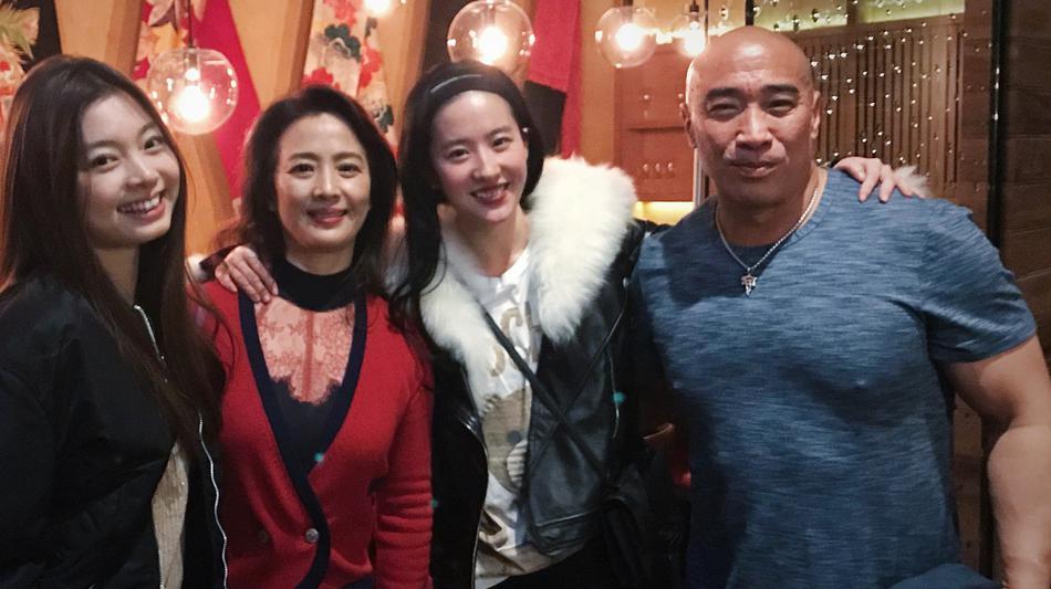 刘亦菲获《花木兰》剧组庆生笑容灿烂 刘母出镜