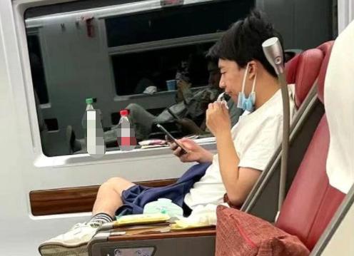 郭麒麟坐高铁被偶遇 身穿白T恤搭配黑短裤打扮休闲随性
