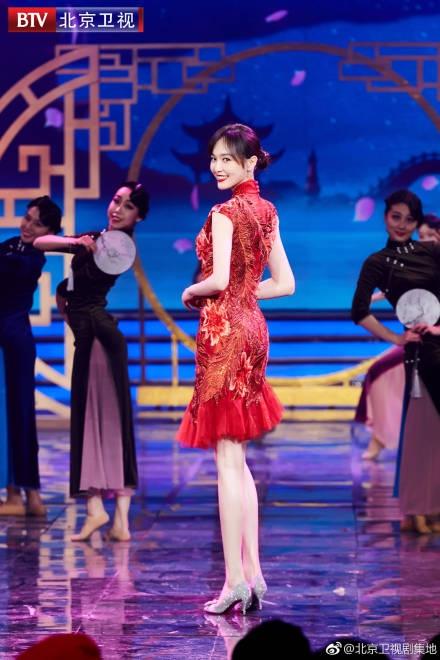 组图:唐嫣穿旗袍尽显玲珑曲线 回眸一笑惊艳动人
