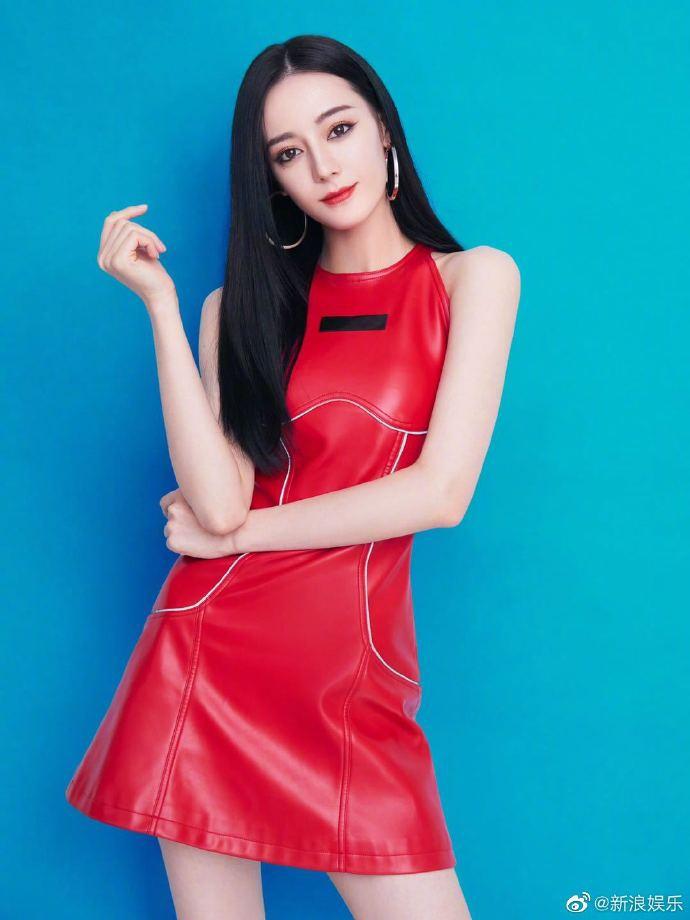 组图:又甜又辣!迪丽热巴最新写真曝光 红色紧身皮裙尽显好身材