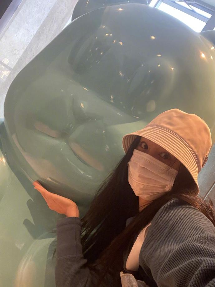 郑爽带着一顶渔夫的帽子 自拍了一张照片 然后回来追着