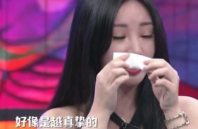 而刚刚分手的她也忍不住在节目中泪崩,用纸巾不断擦眼泪.图片