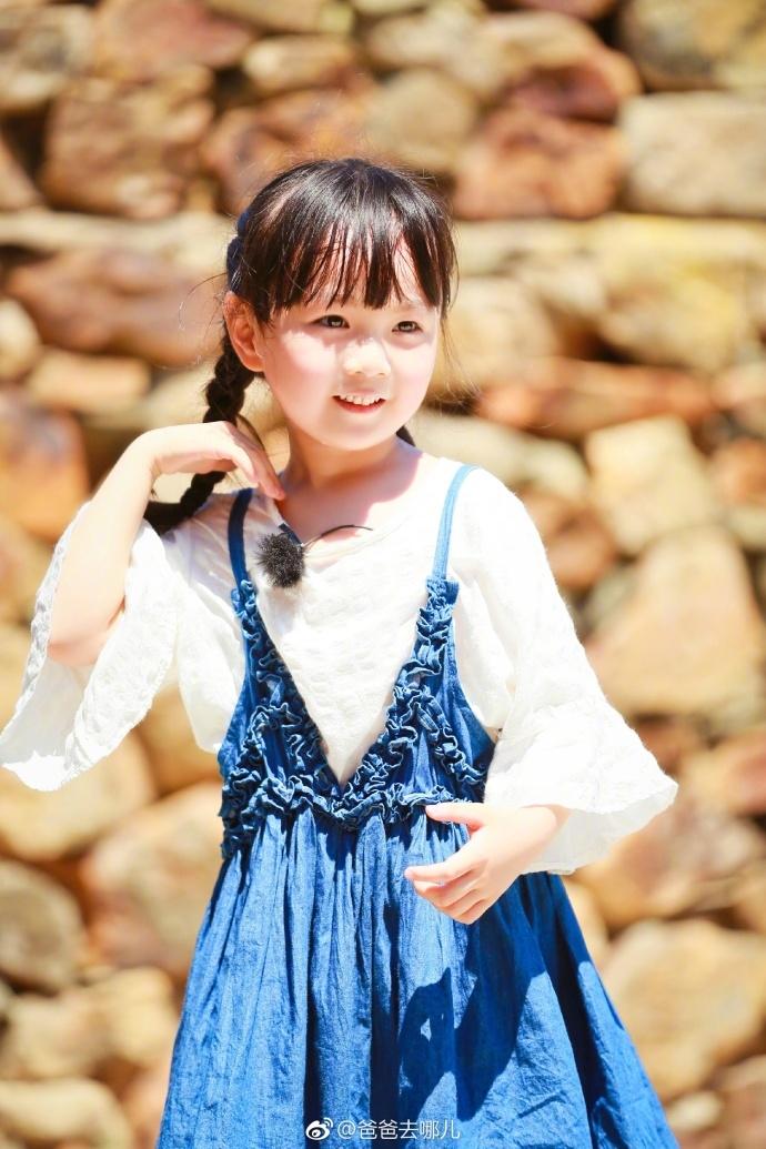 习奶爸邓伦搭配东北甜妞小山竹的组合吸引了众多粉丝的关注.节目