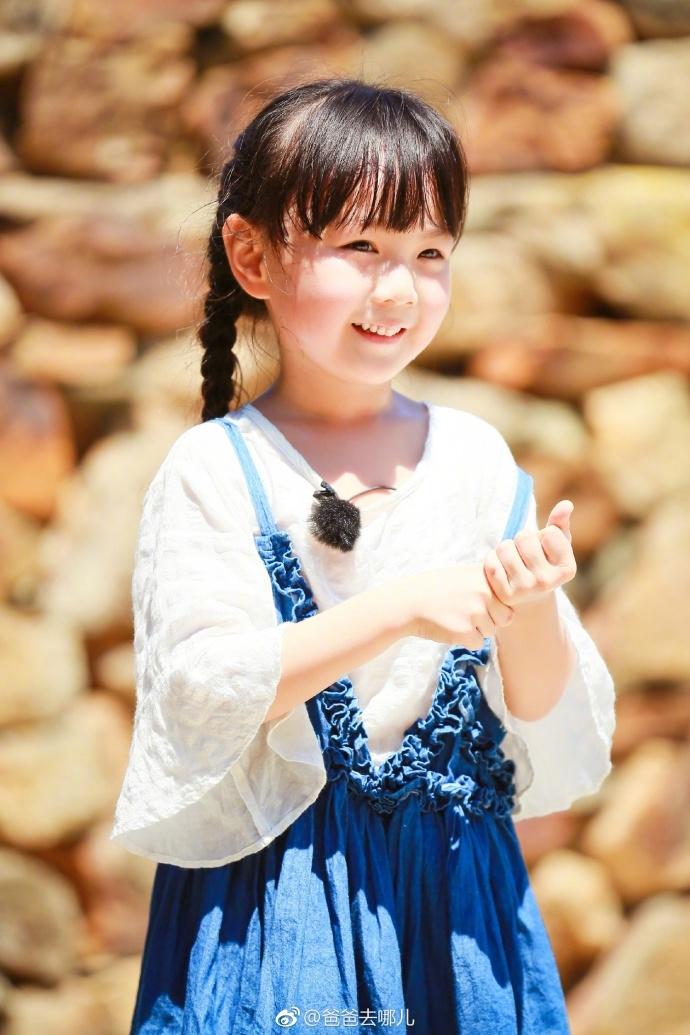 实习奶爸邓伦搭配东北甜妞小山竹的组合吸引了众多粉丝的关注.