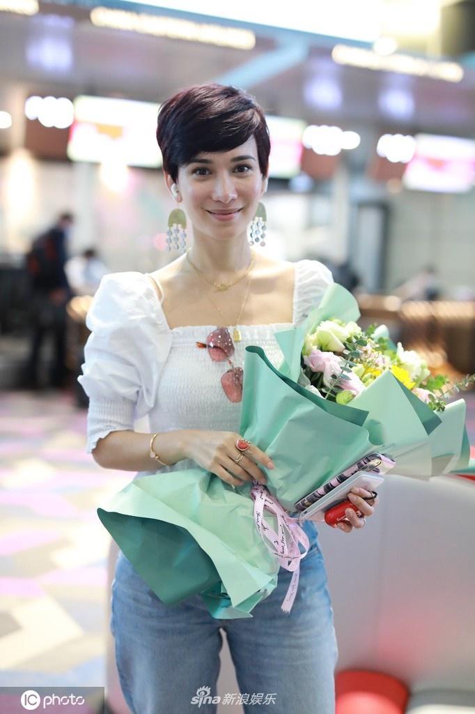 组图:韩庚老婆卢靖姗现身机场 特地摘口罩给大家拍照