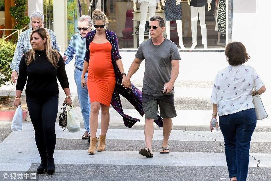 组图:灭霸乔什·布洛林与怀孕妻子街头相拥十指紧扣如胶似漆