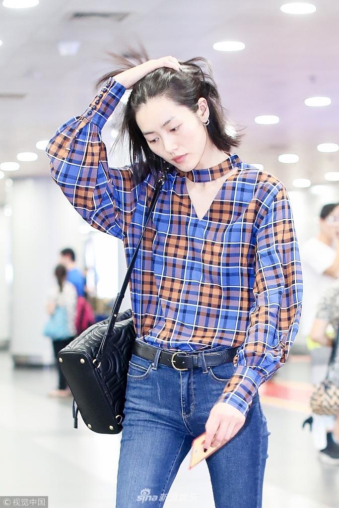 刘雯清晨赶飞机素颜依旧能打 格纹衬衫配短发潇洒美艳