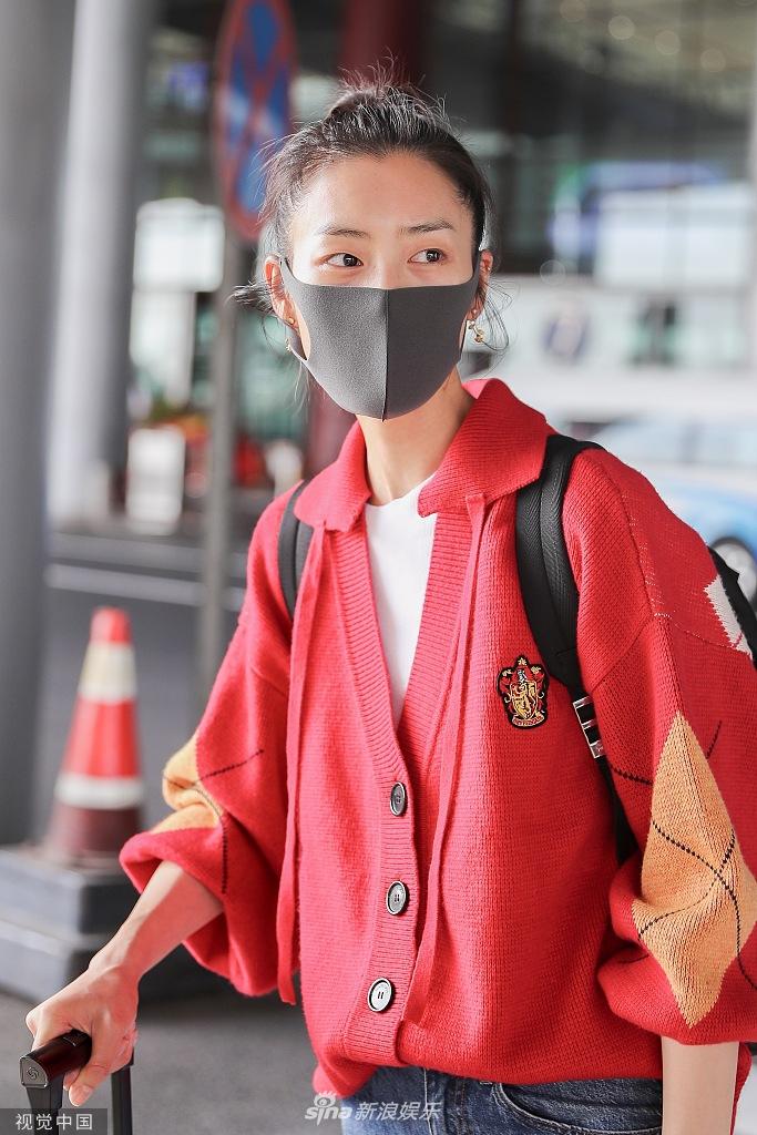 组图:刘雯穿红色毛衣配牛仔裤比例超好 梳丸子头戴口罩气场超正