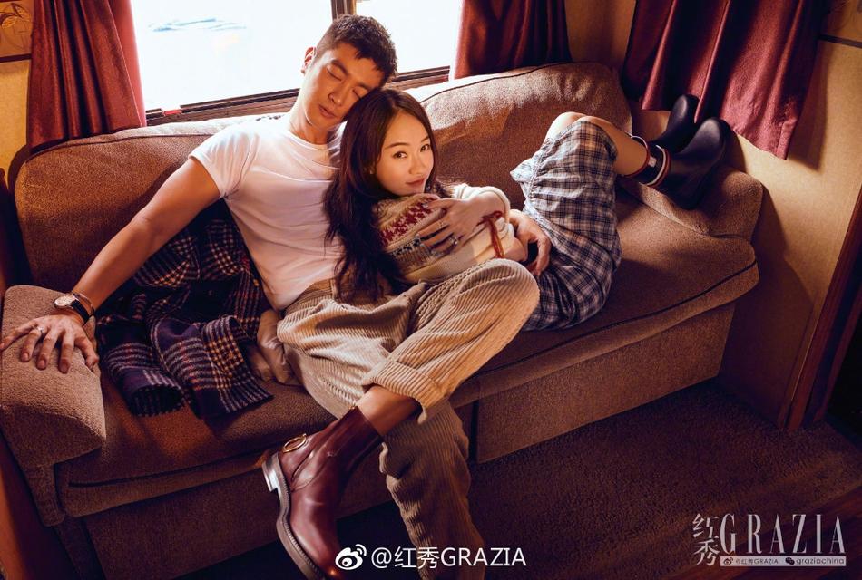 杜江霍思燕合体登大刊封面 夫妻二人亲密互动浪漫满分