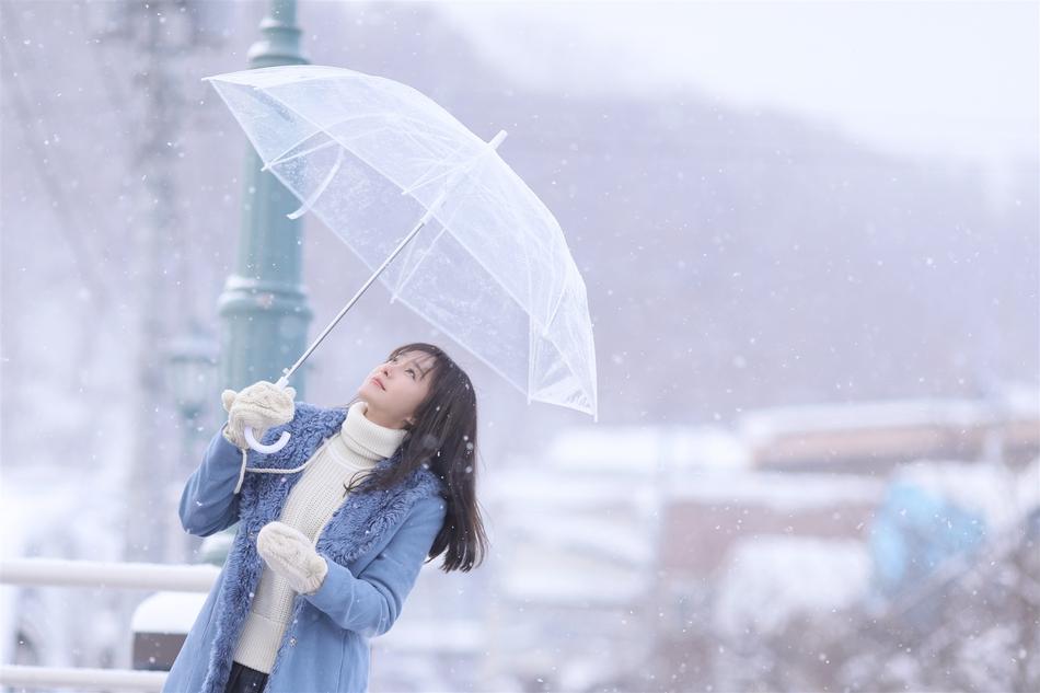 秦岚曝北海道日系风写真 犹如冬日暖阳太治愈