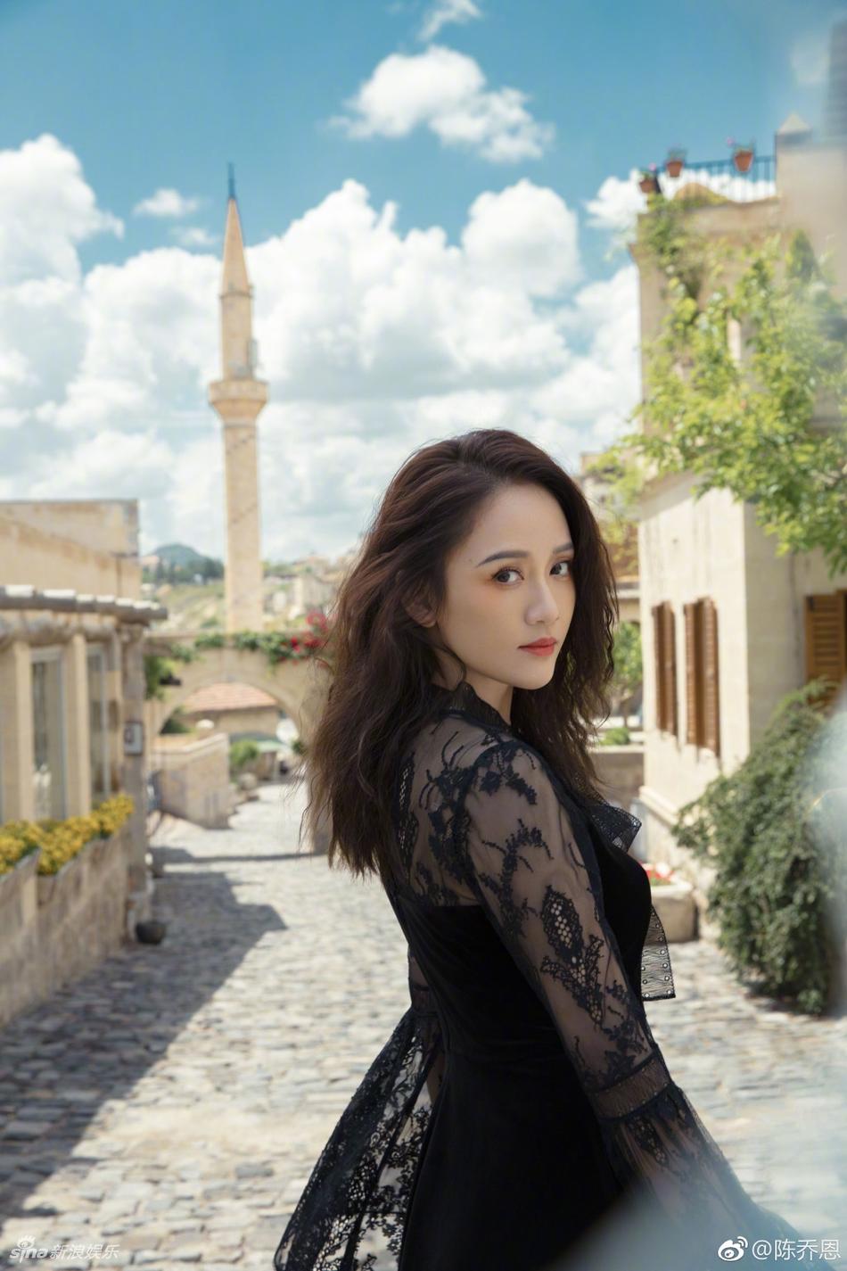 陈乔恩穿黑色蕾丝裙妩媚优雅 年近40保养得宜毫无岁月痕迹