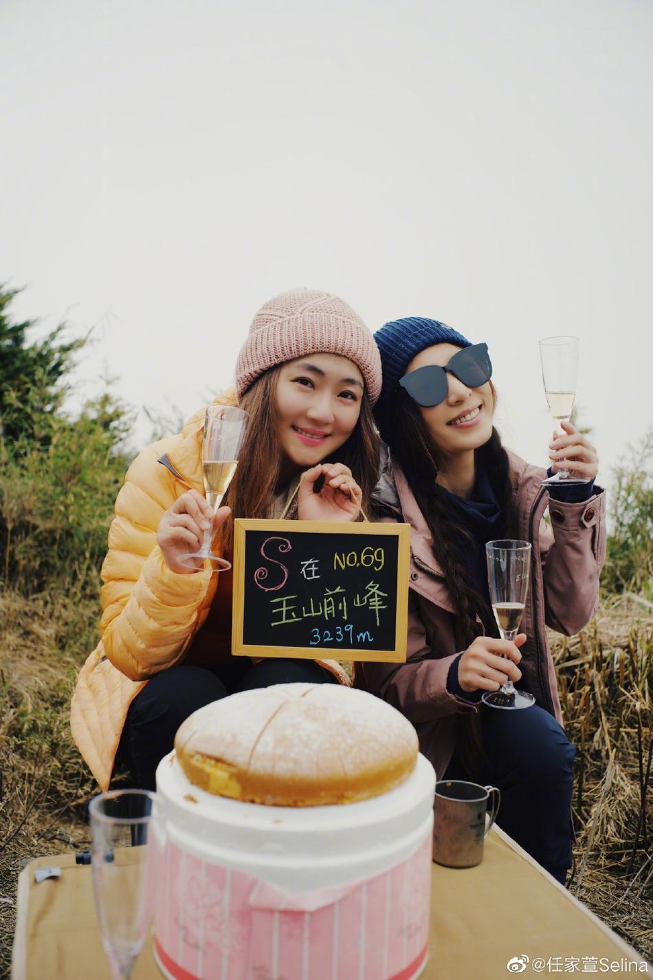 组图:田馥甄陪任家萱登山庆39岁生日 Selina在山顶泪流满面