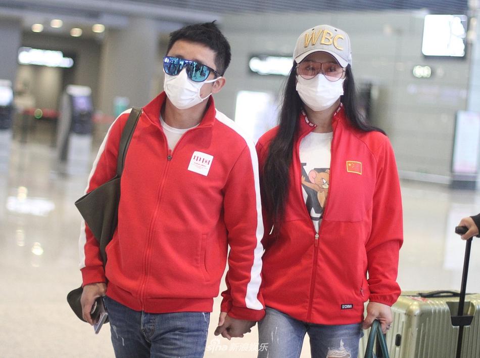 组图:冉莹颖邹市明穿红色情侣装撒狗粮 两人戴口罩墨镜防护到位