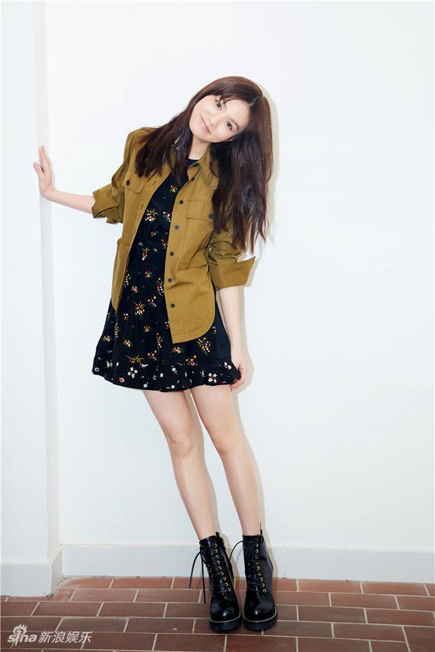 娱乐讯 近日,演员春夏应邀出席某品牌活动,黑色碎花连衣裙搭配