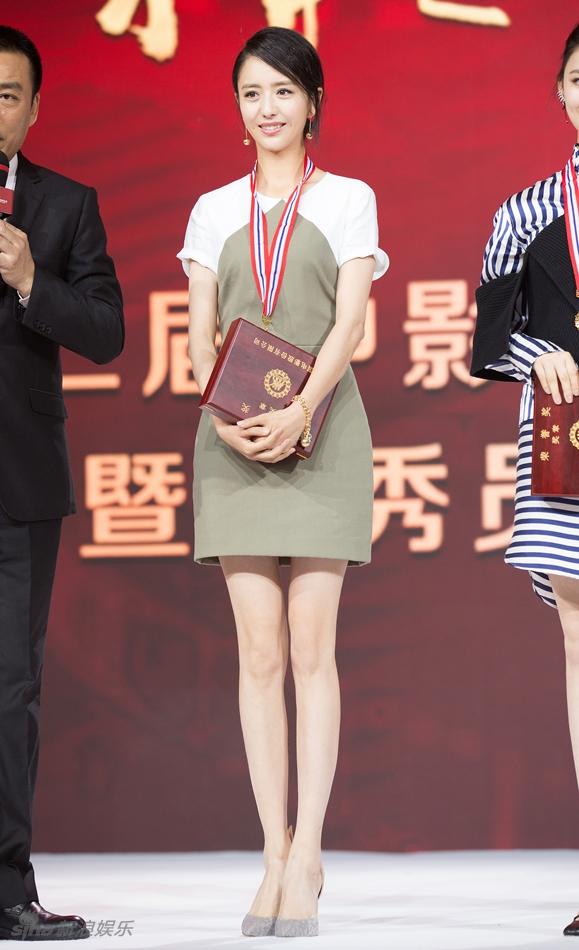 当天下午,佟丽娅以一身简约端庄的连身裙现身表彰会,展现修长