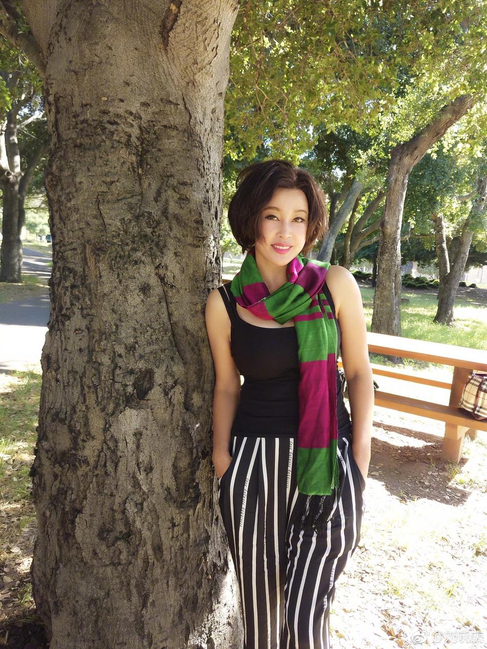 组图 62岁刘晓庆背靠大树猛凹造型 紧身吊带秀傲人上围图片
