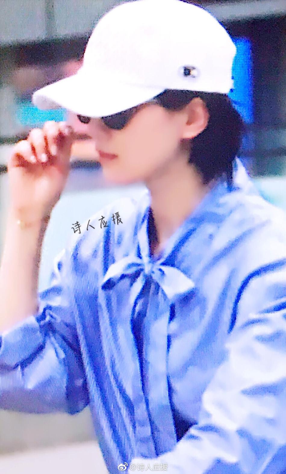 高清套图:刘诗诗新西兰度假后独自返京 白帽蓝衣清新十足
