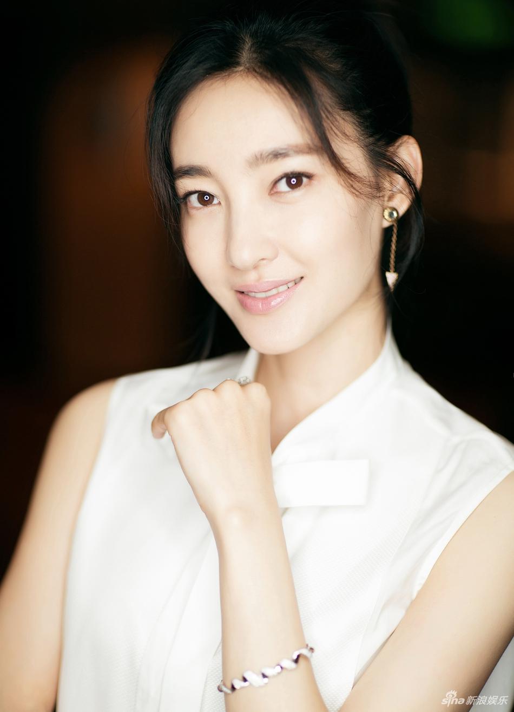 画面中她一袭黑白质感套装,很好地衬托了身材优势.图片