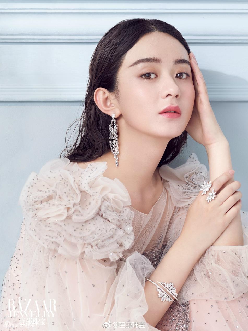 赵丽颖深V登杂志封面 内页更破尺度秀美背 风格偶像 图5