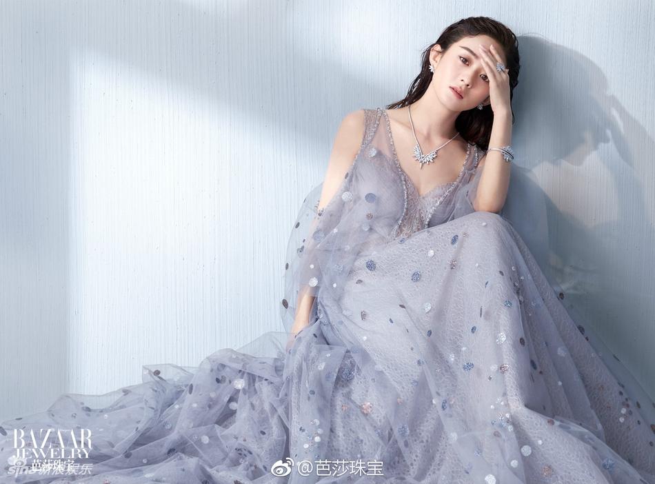 赵丽颖深V登杂志封面 内页更破尺度秀美背 风格偶像 图3