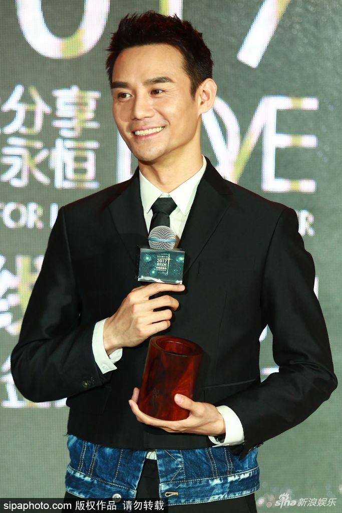 王凯助力慈善活动 西装革履帅气有型