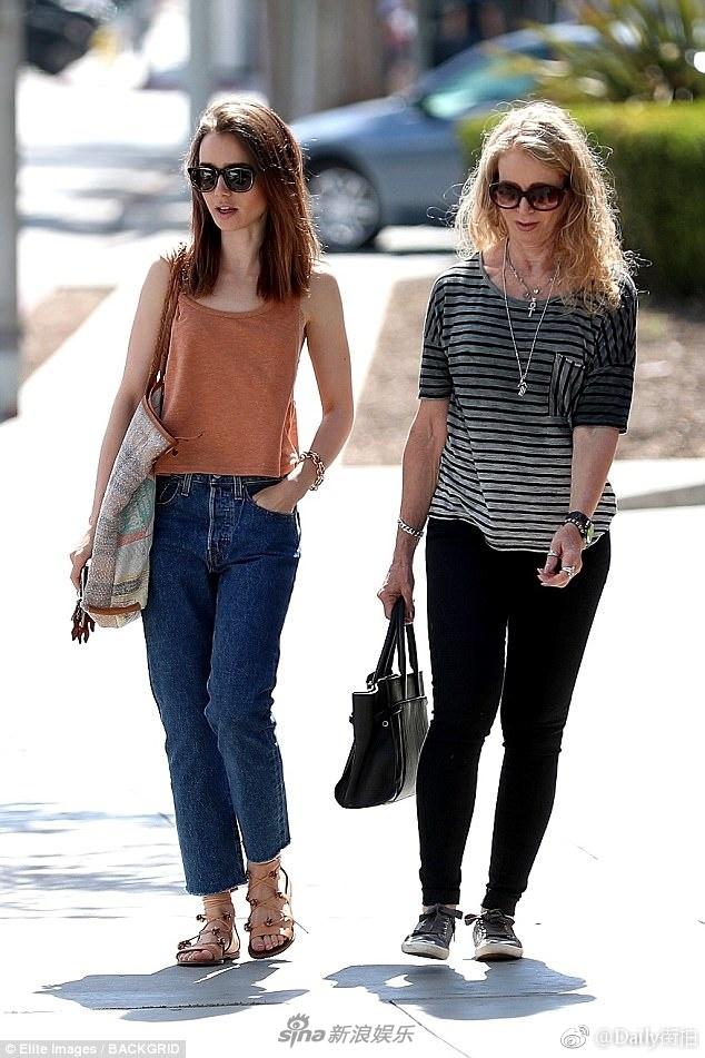 7月27日,大美妞莉莉.柯林斯(Lily Collins)和妈妈在洛杉矶出街