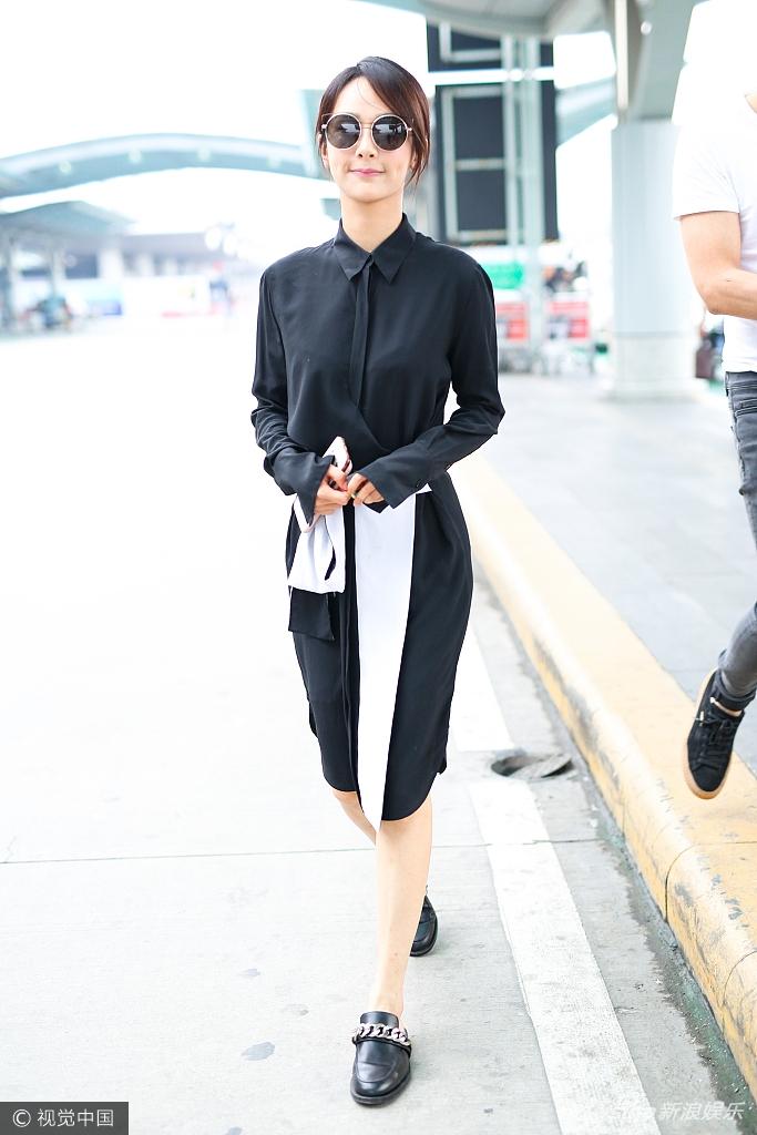 现身机场。她穿黑白工装低调又
