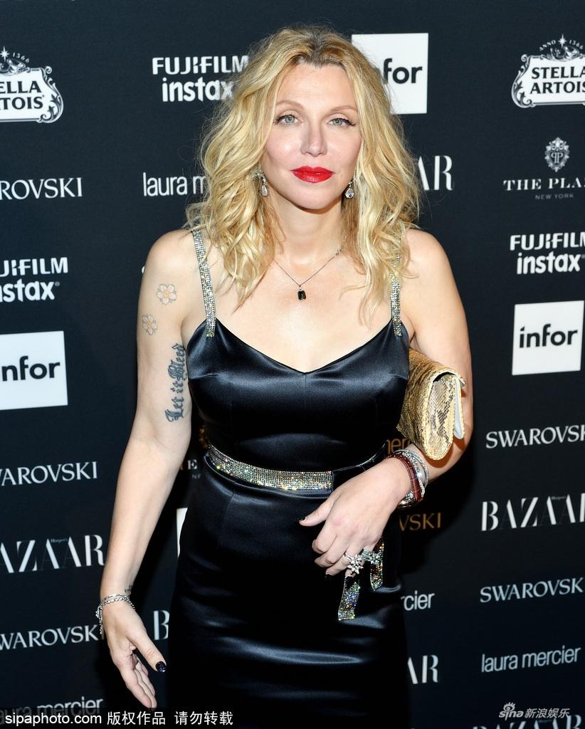 高清套图:女星科特妮·洛芙穿性感黑裙亮相 烈焰红唇够吸睛