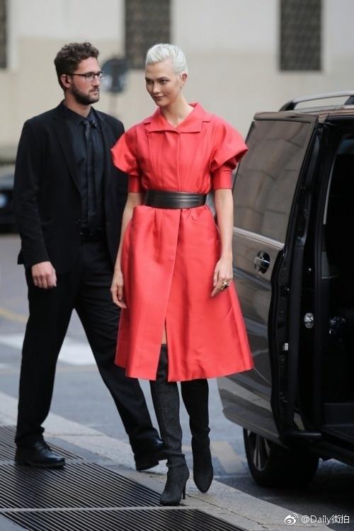 高清套图:卡莉.克劳斯束腰红裙现身看秀 搭配高筒靴霸气十足