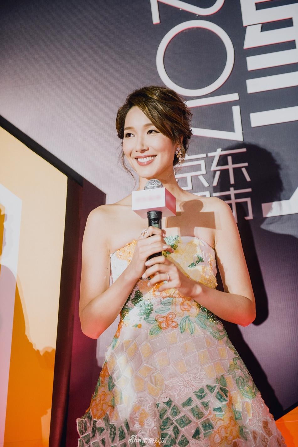 组图 李亚男清新淡雅亮相红毯获赞 惊喜大使