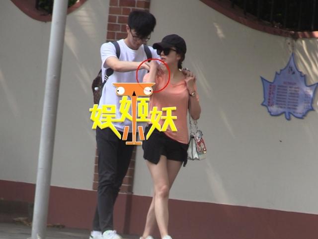 组图 娄艺潇姐弟恋疑曝光 携小男友街头约会浪漫甜蜜