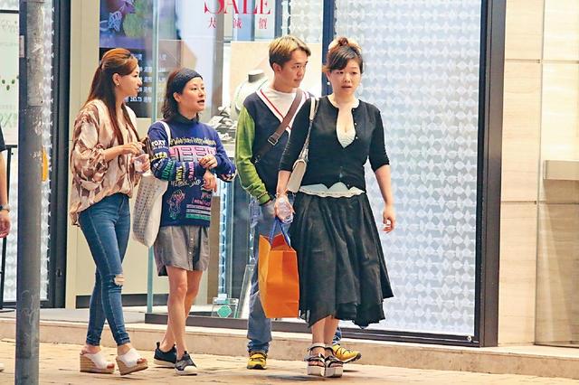 组图:港星一同约会三女友 一同逛街非常调和