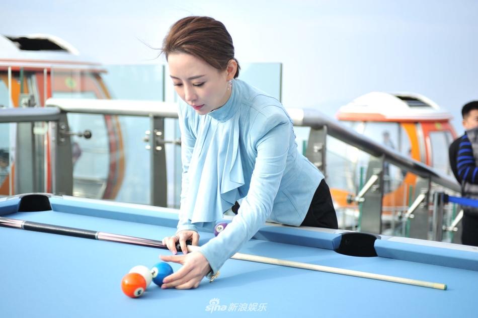 这也是潘晓婷第一次在广州塔上面打台球,广州塔上本身就空间有