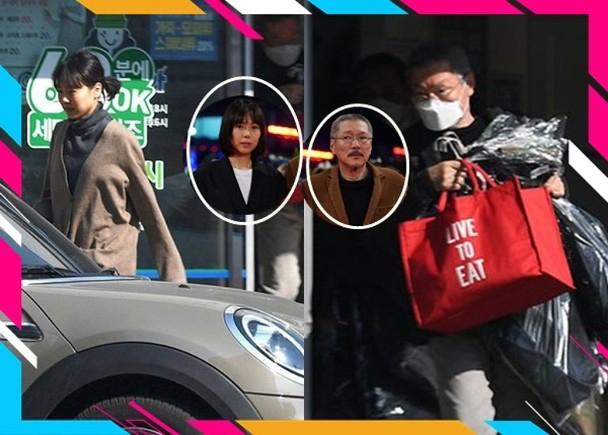 组图:导演洪尚秀与金敏喜现身洗衣店 一前一后宛如老夫老妻
