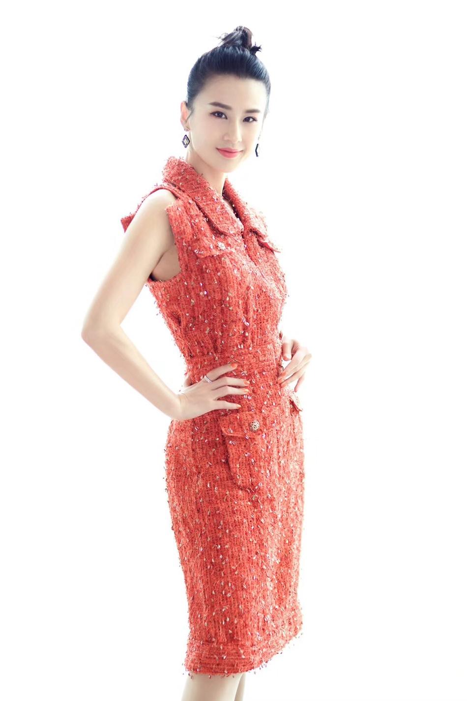 黄圣依时尚写真展招牌笑容 穿红色连衣裙小露香肩