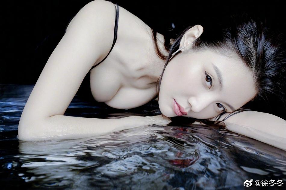 """组图:""""大嫂""""徐冬冬趴泳池边拍大片 湿发性感撩人"""