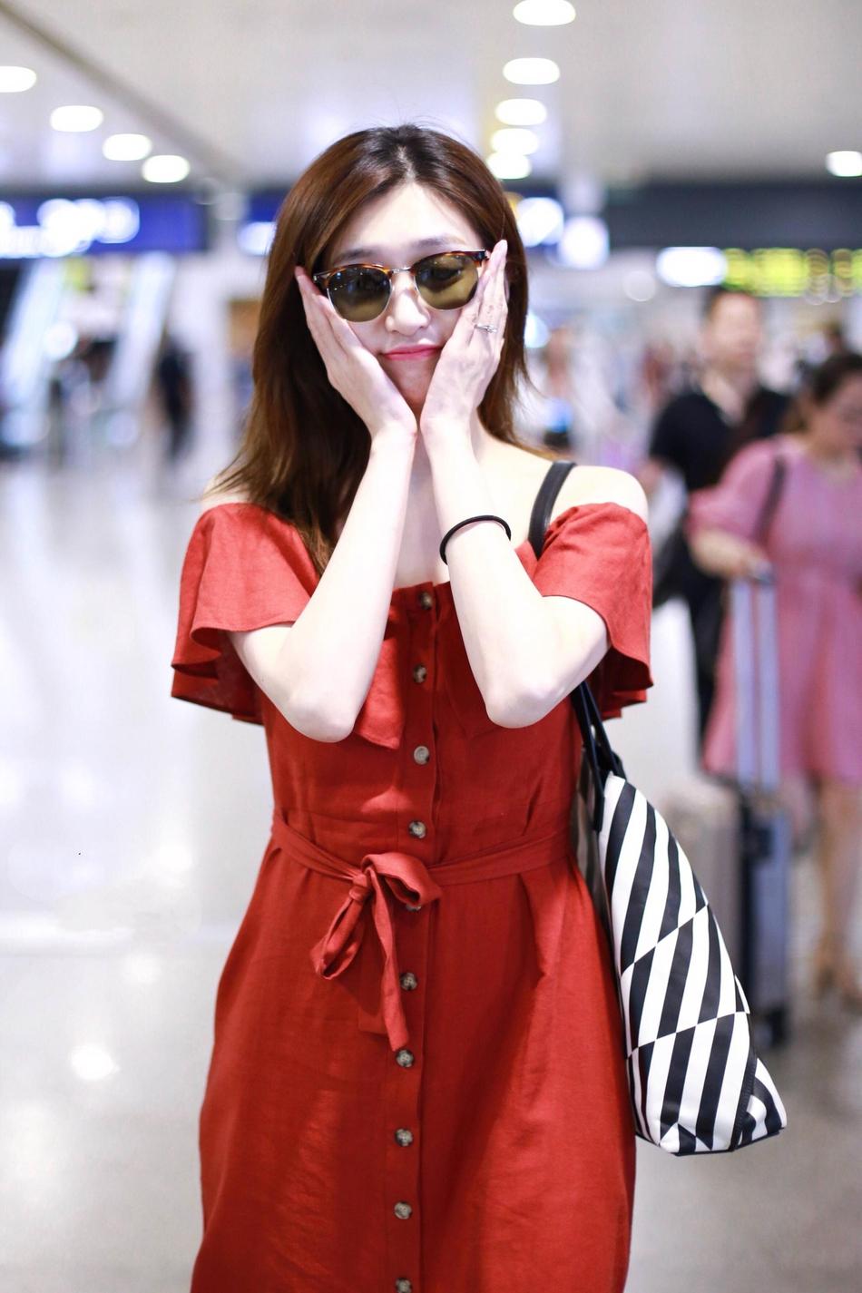 江疏影穿红色连衣裙小秀精致锁骨 对镜甜笑左手戒指抢镜