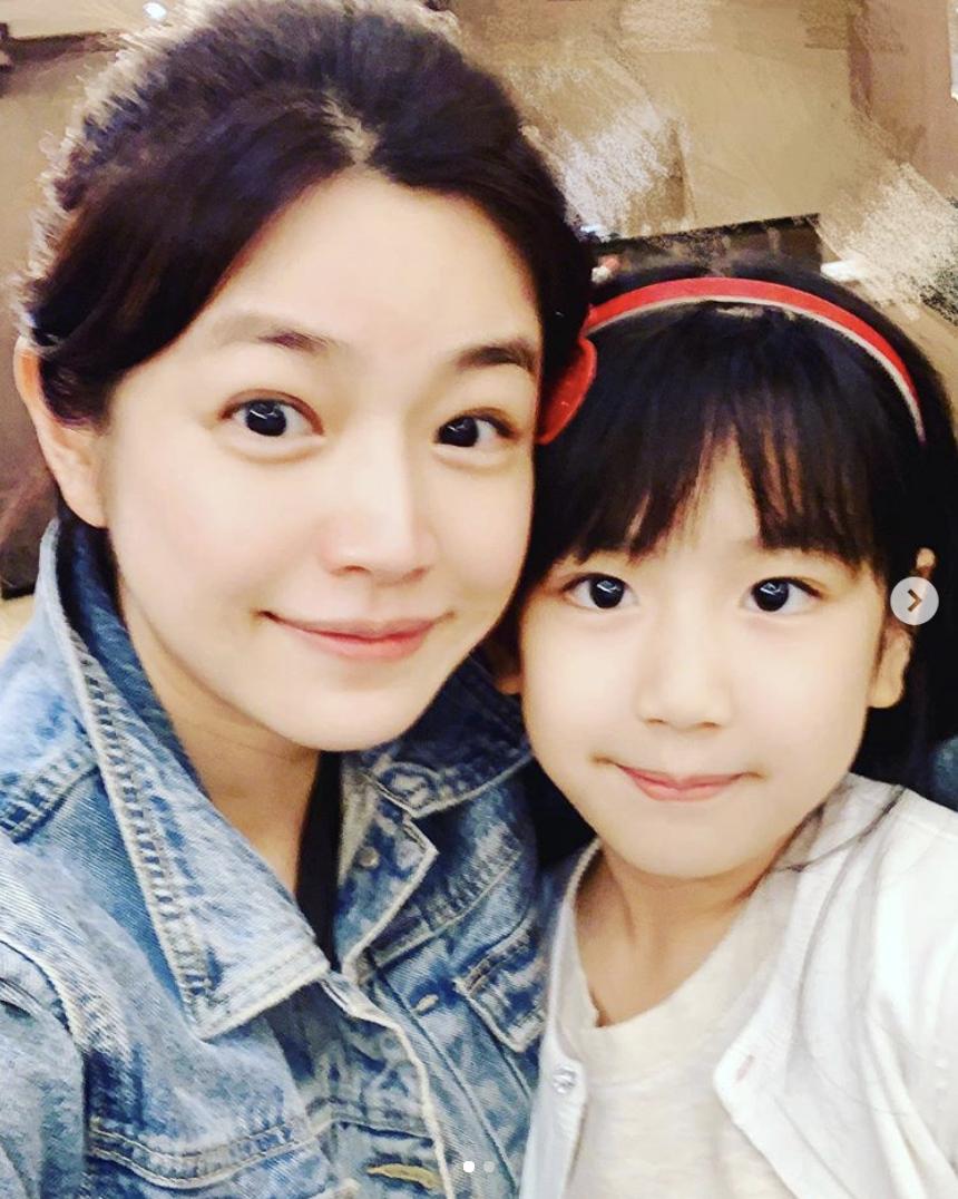 组图:陈妍希素颜出镜为外甥女庆生 小J眼睛嘴巴像姨妈可爱漂亮