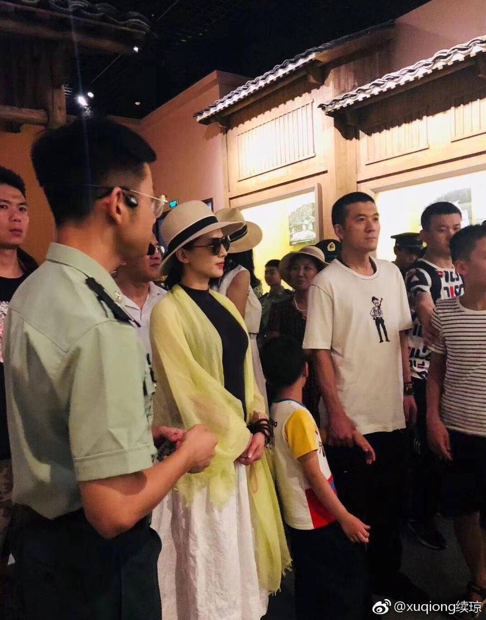 黄圣依杨子带安迪现身井冈山 向革命烈士敬献花圈低调肃穆