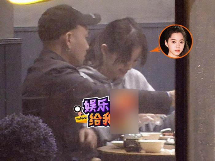 组图:欧阳娜娜聚餐大口吃米饭小龙虾 与友人边吃边聊开怀大笑
