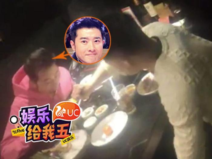 组图:任泉与友人相约吃火锅 穿粉红帽衫银色反光外套超显眼