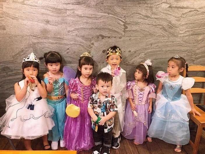组图:贾静雯带女儿参加生日派对 咘咘波妞穿公主裙盛装打扮