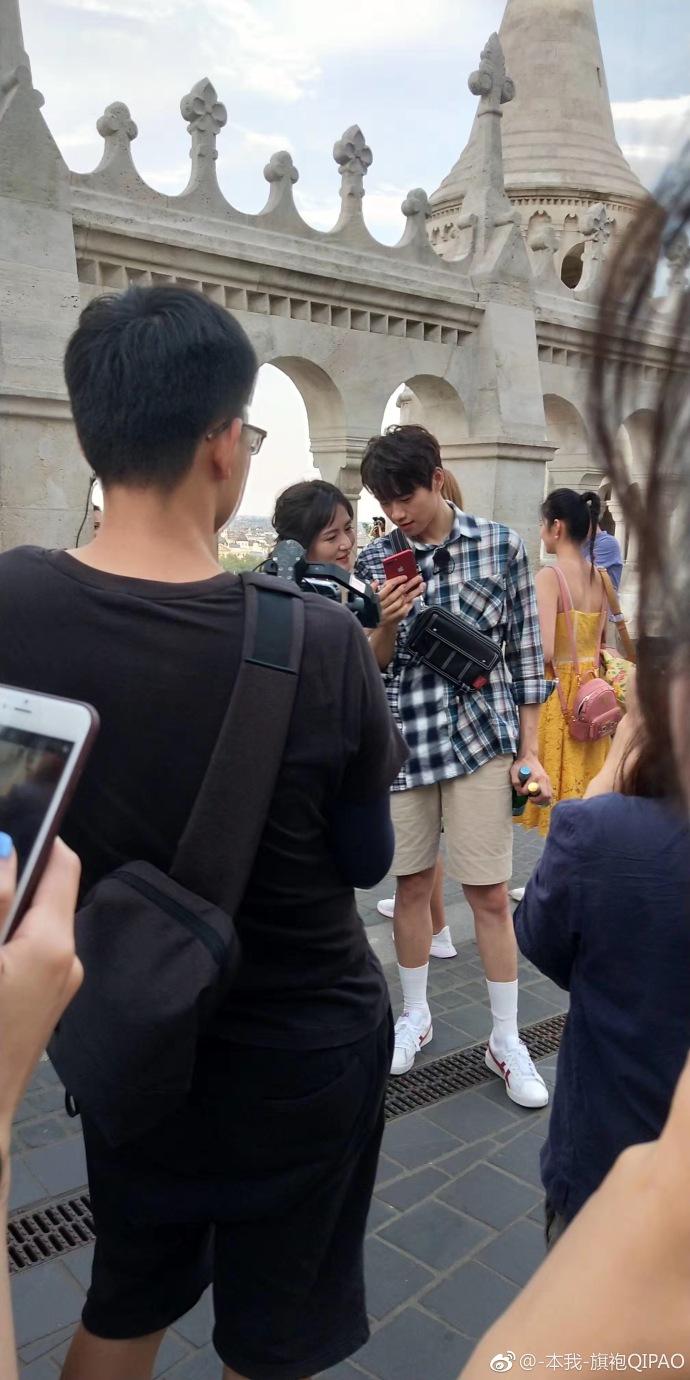 网友匈牙利偶遇综艺拍摄 颖儿变黑谢娜应采儿亲密牵手
