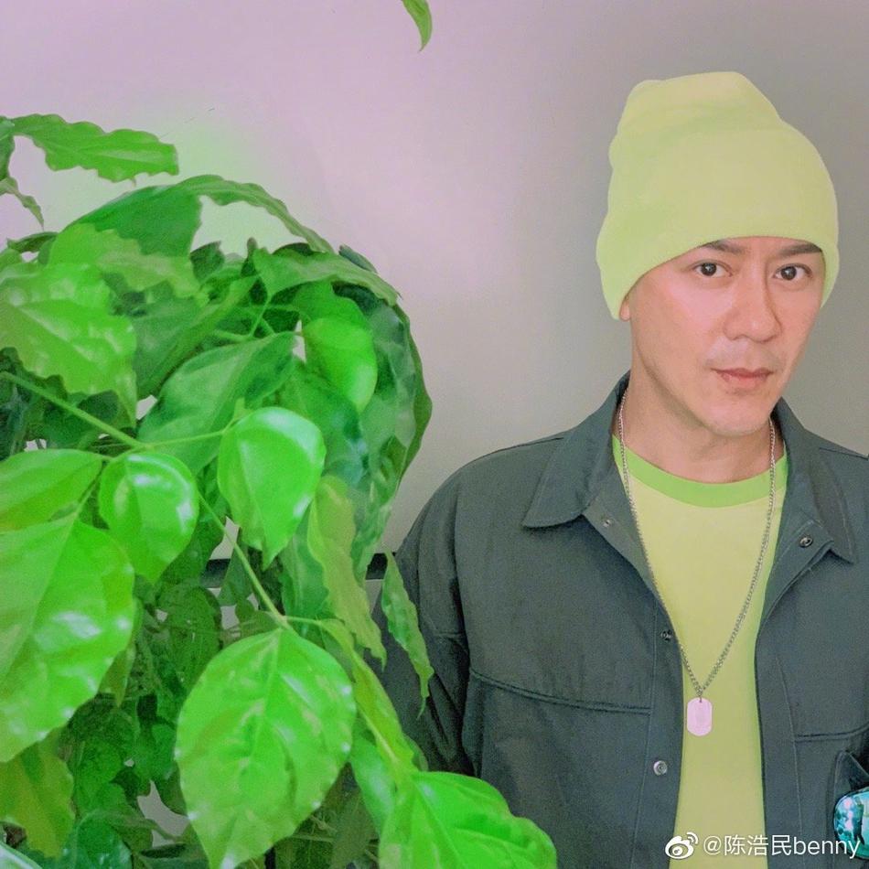 组图:陈浩民穿荧光色大玩色彩时尚 双颊无肉下巴超尖瘦出新高度