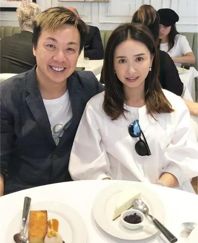 组图:51岁港姐吴婉芳与朋友聚餐 皮肤白皙无皱纹气质颜值在线