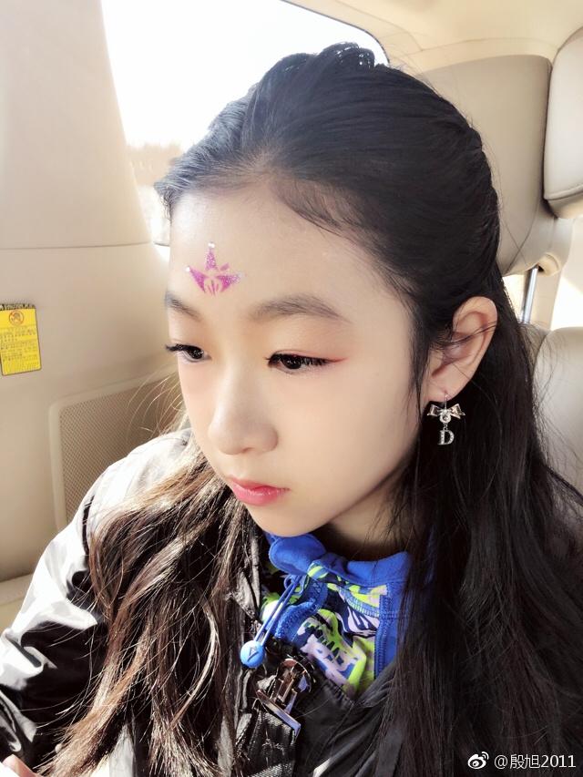 章子怡11岁侄女近照曝光 多才多艺眉眼神似姑姑