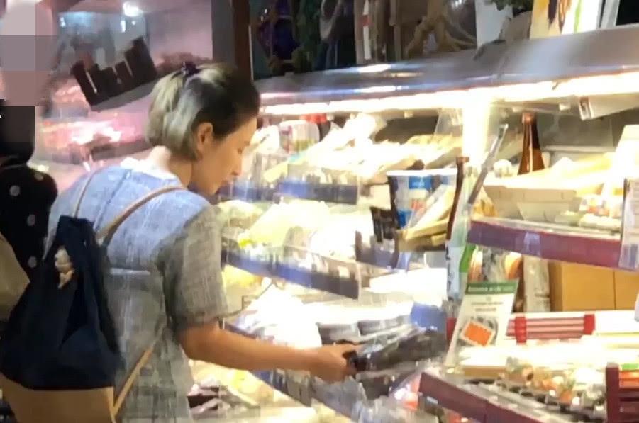 关咏荷独自去超市买菜被拍 仔仔细细选购每一样食材