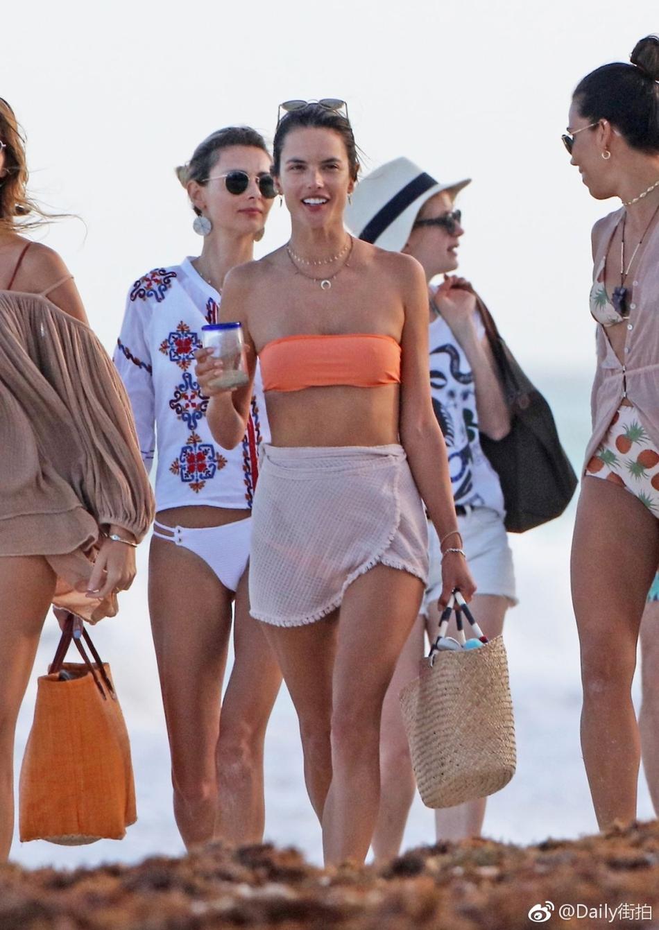 超模安布罗休海边度假 穿着清凉大秀魔鬼身材
