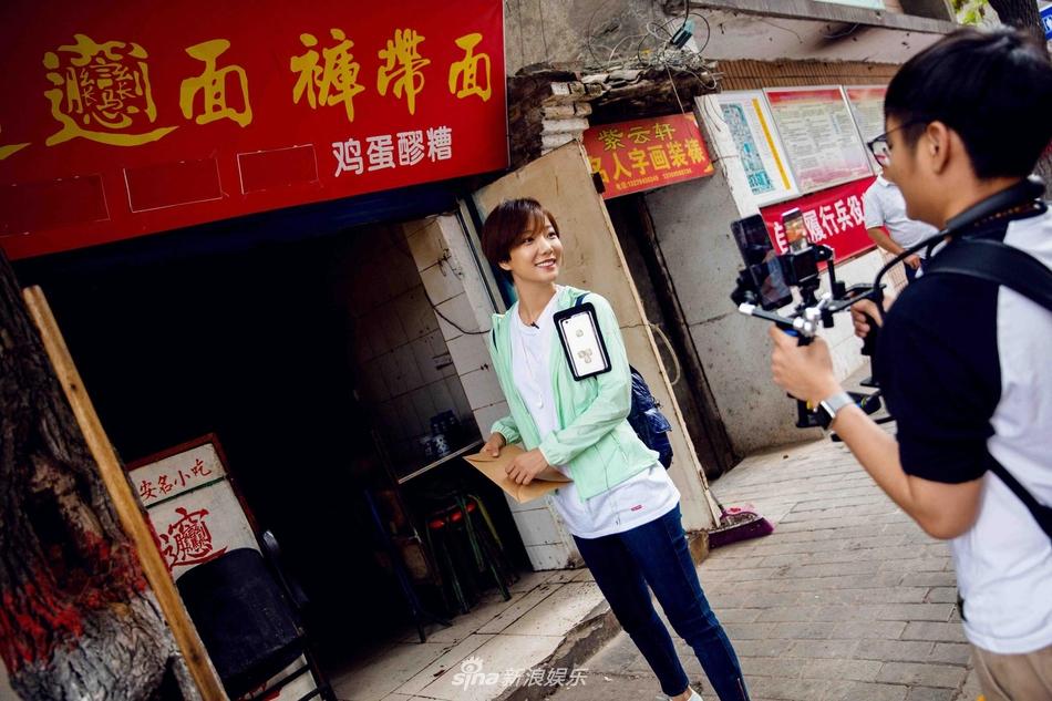 """组图:王珞丹城市穿行记,日子需求时间和耐性""""感觉自己很渺小"""""""