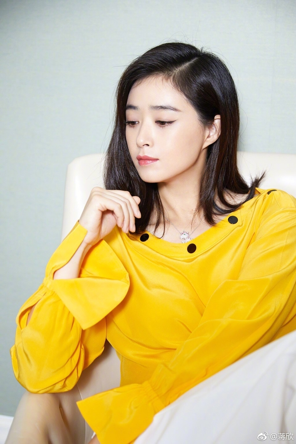 组图:美出新高度!蒋欣着黄色上衣优雅温柔气场强